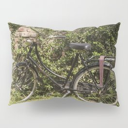 Bicicleta vintage en el campo de extensos viñedos Pillow Sham