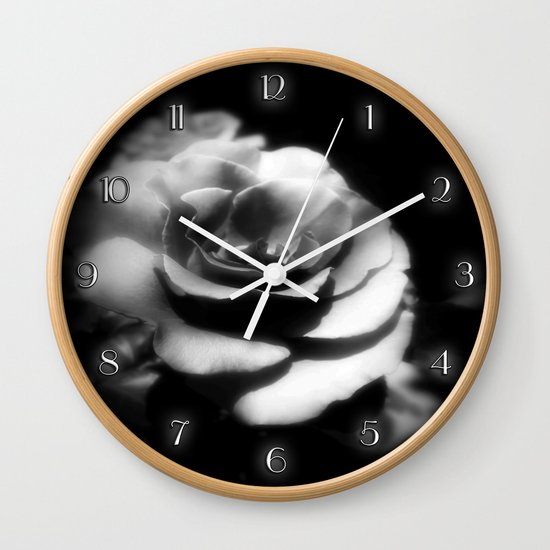 Rosas Moradas 1 Dark Wall Clock