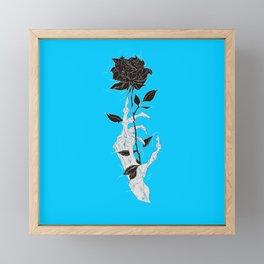 Rosa negra fondo azul celeste mano esqueleto Framed Mini Art Print