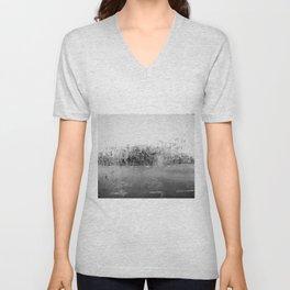 A través del cristal (black and white version) Unisex V-Neck