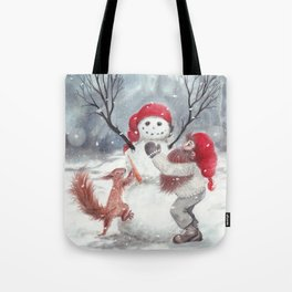 Gnome and squirrel building snowman - Christmas Tote Bag