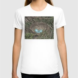 Robins nest with eggs T-shirt
