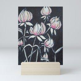 rosa sobre negro Mini Art Print