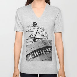 World Clock Berlin BW Unisex V-Neck
