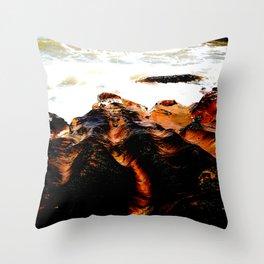 Olas en las rocas Throw Pillow