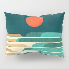 Chasing wave under the red moon Pillow Sham