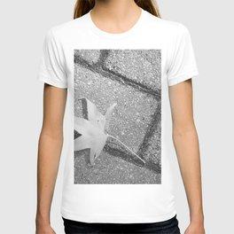 Lonley Leaf on street - Photography black & white  T-shirt