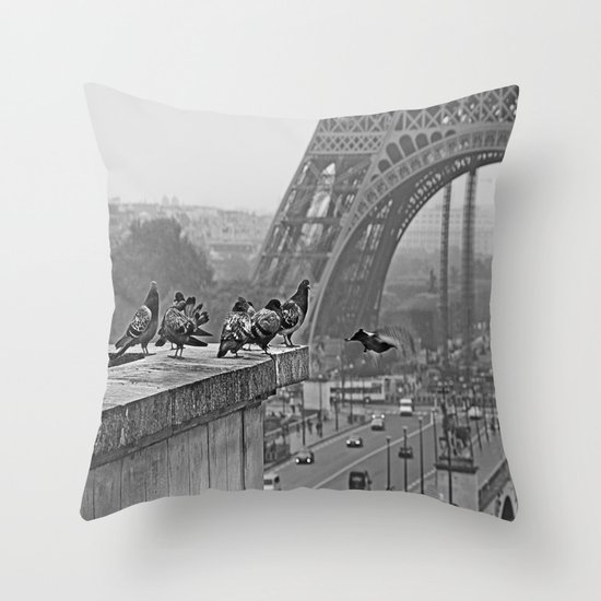 pigeons parisien Throw Pillow