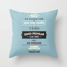 No es Tanto ver Throw Pillow