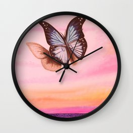 L'amour vogue avec le papillon Wall Clock