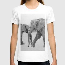 Elefantes en el desierto T-shirt
