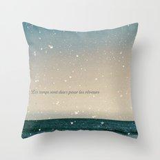 Les temps sont durs Throw Pillow