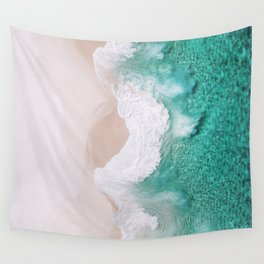 Waves spread out on the coast Wall Tapestry