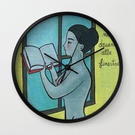 leggere nudi davanti alla finestra Wall Clock