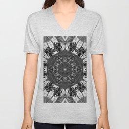 Metal skull kaleidoscope in black and white Unisex V-Neck