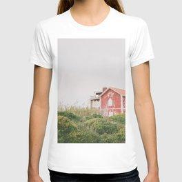 Red house #redhouseprint #reddecor #landscape T-shirt
