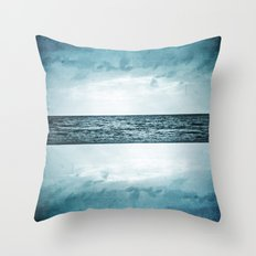 L'île invisible . . . Throw Pillow