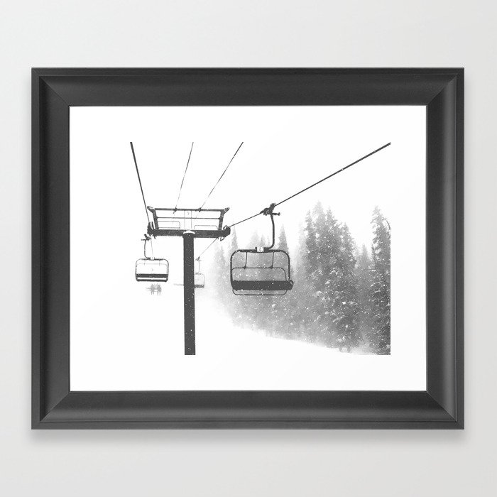 Chairlift Abyss // Black and White Chair Lift Ride to the Top Colorado Mountain Artwork Gerahmter Kunstdruck