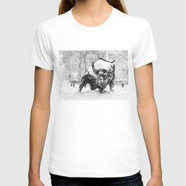 The Charging Bull, In the snow. T-shirt