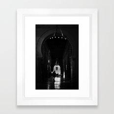 en la mezquita Framed Art Print