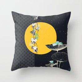 soleil couchant sur nénuphars Throw Pillow