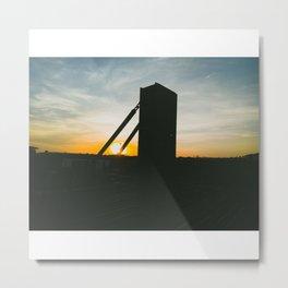 Sol aterrizando sobre vías de tren Metal Print