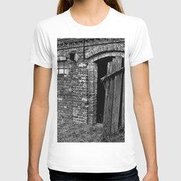 Old abandoned barn T-shirt