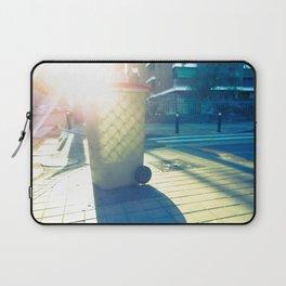 Cubo de basura pintado por el sol Laptop Sleeve