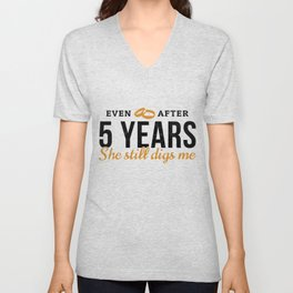 Even After 5 Years She Still Digs Me 5th Wedding Anniversary Gift For Him Husband Unisex V-Neck