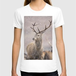 Christmas deer stag in the white snow winter forest T-shirt