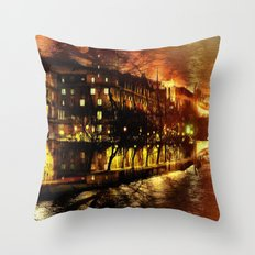 Paris brûle-t-il ? Throw Pillow