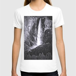Bridalveil Falls. Yosemite California in Black and White T-shirt
