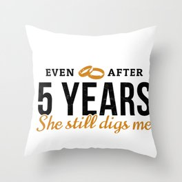 Even After 5 Years She Still Digs Me 5th Wedding Anniversary Gift For Him Husband Throw Pillow