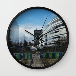 Vous pouvez passer  // You may pass Wall Clock