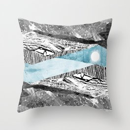 A break in the mountains Throw Pillow