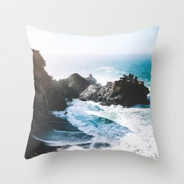 ocean falaise Throw Pillow