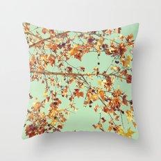 En los árboles Throw Pillow