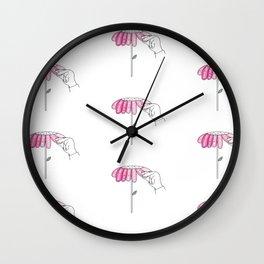 Amour sur pétales Wall Clock