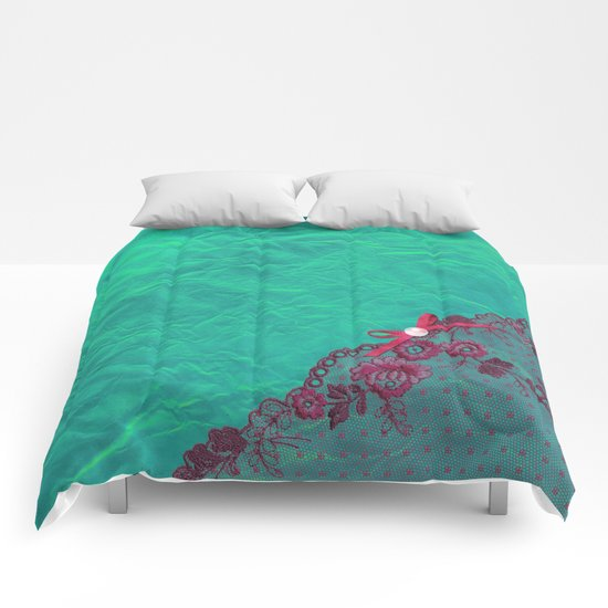 Claire´s treasure I - Pink lace,ribbon and pearl on aqua backround Comforters