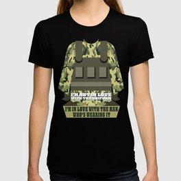 Uniform Of a Soldier Military US Army Navy Rifle Guns Design T-shirt