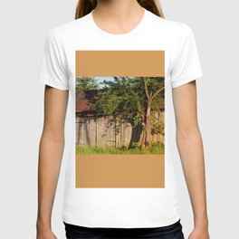 Abandoned old wooden shack T-shirt