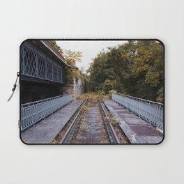 Le pont de fer le long du chemin de fer de la Petite Ceinture Laptop Sleeve