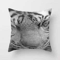 Le Tigre Pendant Sa Sieste Throw Pillow