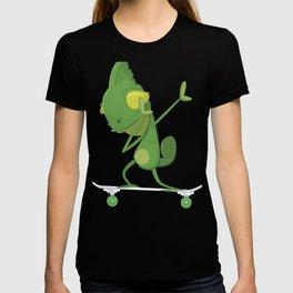 Skateboarding Gecko Lizard on Skateboard Gift for Skater  T-shirt