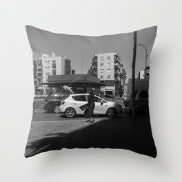 Mujer agitada por el viento Throw Pillow