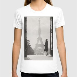 1920 Woman at the Gate, Eiffel Tower black and white photography / jazz age black & white photograph T-shirt
