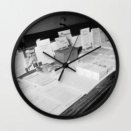 Folders en boeken zijn te koop in het centrum van het Nationaal Comité tegen Alc, Bestanddeelnr 254 Wall Clock