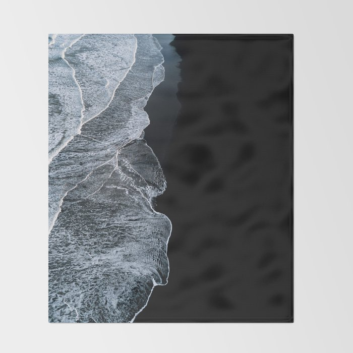 Waves on a black sand beach in iceland - minimalist Landscape Photography Decke