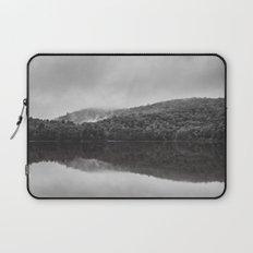 Reveil dans la brume Laptop Sleeve