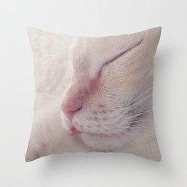 Donner sa langue au chat Throw Pillow